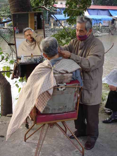 Street-side hairdresser / ear cleaner